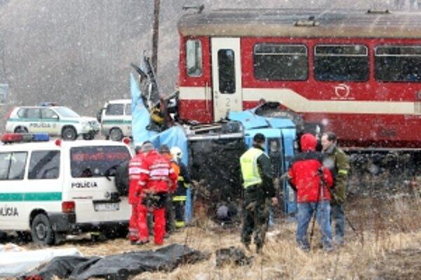 V nedeľu 21. februára uplynul rok, čo po zrážke zájazdového autobusu a osobného vlaku na priecestí v Polomke zahynulo dvanásť ľudí z Bánoviec nad Bebravou a okolia.