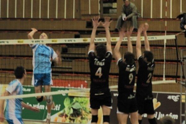 Zľava na blokoch Trenčania Lízala (4), Mlynarčík (9), Palgut (2) bránia volejbalistovi Slávie Prešov Digiňovi (7).