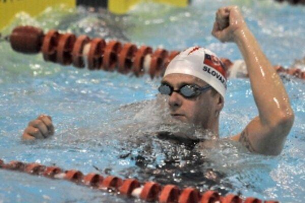 Ľuboš Križko z družstva Dukla Banská Bystrica a jeho víťazné gesto po dosiahnutí nového Slovenského rekordu počas pretekov v Trenčíne na majstrovstvách SR v krátkom bazéne.