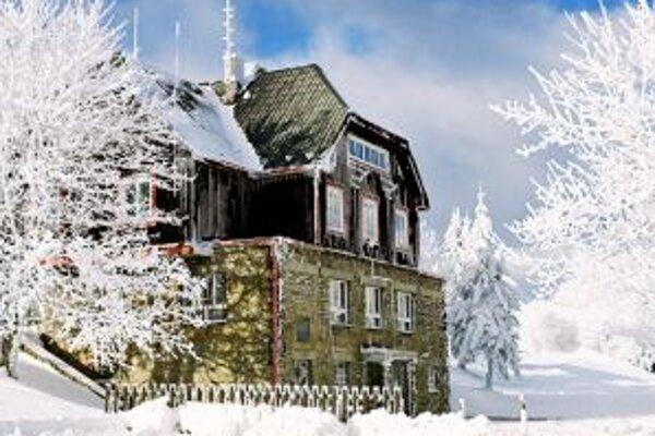 Chata na Veľkej Javorine, kde sa na Silvestra stretnú Česi aj Slováci a zapália vatru.