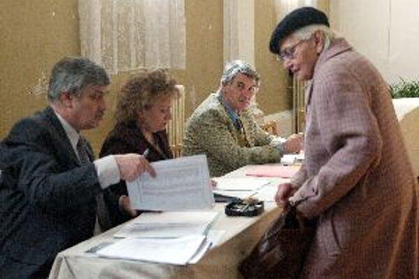 Účasť na krajských voľbách je zatiaľ nízka.