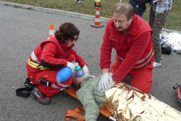 V autobuse bolo niekoľko vážne zranených pacientov.