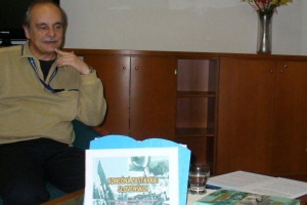 Jeden z autorov knihy Marián Hrodegh pri prezentácii knihy v trenčianskej verejnej knižnici.
