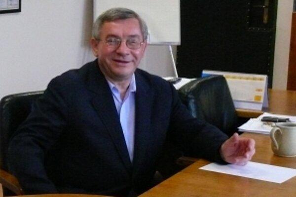 Rektor univerzity Miroslav Mečár podozrenia odmieta.