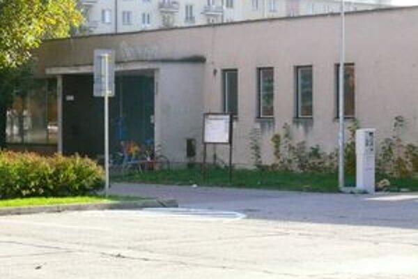 Prázde priestory kultúrneho strediska Dlhé Hony využívajú bezdomovci.