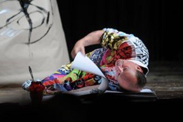 Daniel Hevier v predstavení Sever je juh západu počas 14. ročníka divadelného festivalu jedného herca Sám na javisku.