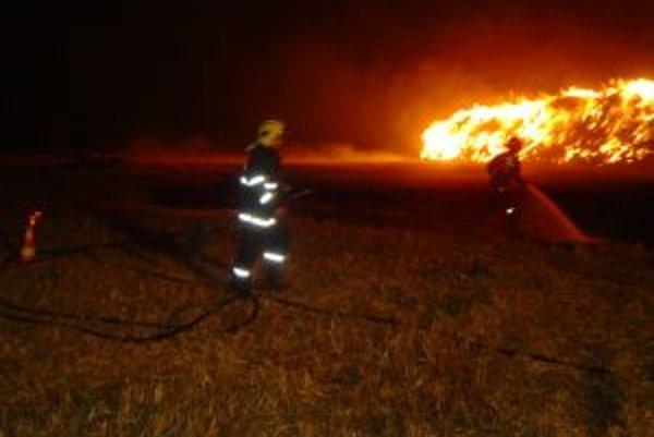 V obci Pobedim zhorel krátko pred polnocou stoh slamy.