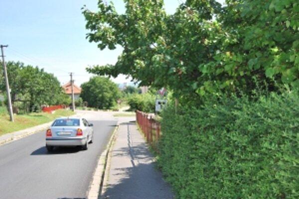 Značku Daj prednosť v jazde umiestnenú v záhrade za marhuľou si šoféri, ktorí tieto miesta nepoznajú, všimnú v poslednej chvíli.