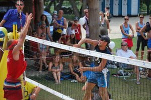 Najlepší plážový volejbalista Prievidžan Peter Varga presne smečoval.
