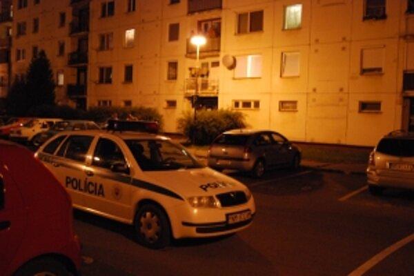 Rušný večer zažili obyvatelia sídliska Rajková. Ich sused strieľal z ôsmeho poschodia. Spacifikovala ho až polícia.