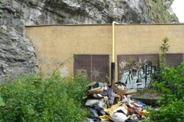 Tento neporiadok vyniesli školáci zo čiernej skládky, ktorá je pod hradnou skalou, kúsok od centra mesta.