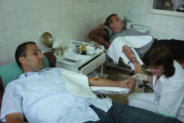 Rozhodcovia Patrik Burian (vľavo) a Martin Tršo pri odbere krvi.