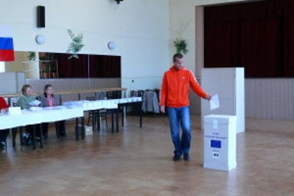 Nízka volebná účasť je aj v Trenčíne, voliť prišla zatiaľ necelá desatina voličov.