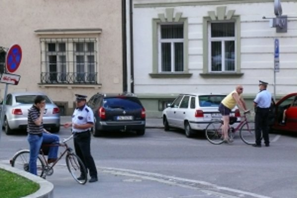 Mestskí policajti si vzali na mušku cyklistov a ich jazdu po chodníkoch.