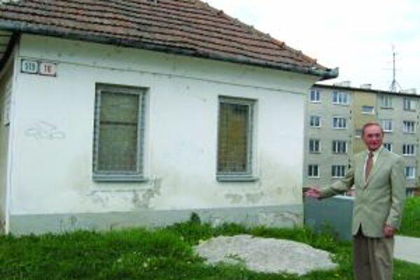 Martin Petrášek pri rodnom dome v Bánovciach nad Bebravou.