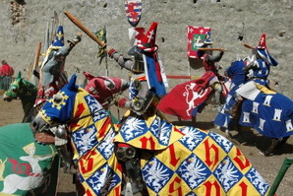 Normani turnaj robia medzi vysokými hradbami južného opevnenia hradu.