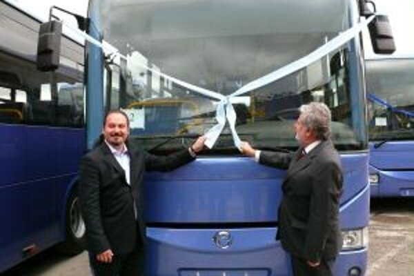 """Autobusy v """"darčekovom balení"""" rozbalili George Trabelssie, konateľ spoločnosti SIRS a župan Pavol Sedláček"""