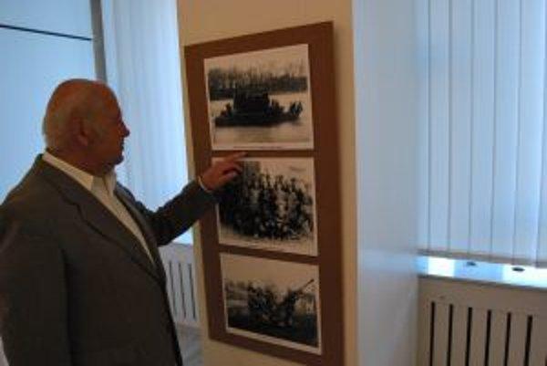 Výstavu fotografií si prezrel aj Dušan Macejka, ktorý zažil exhumáciu rumunských vojakov na cintoríne v Novom Meste nad Váhom.