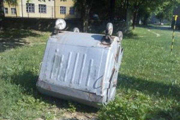 Novomestský vandal prevracia plechové kontajnery.