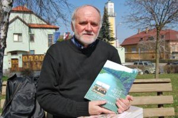 Hlavný zostavovateľ publikácie je akademický maliar Ján Mikuška.