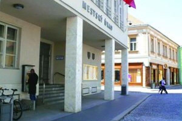 Mestský úrad v Trenčíne bude šetriť aj na výplatách.