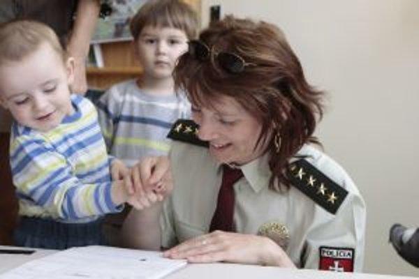 Škôlkári odovzdávali otlačky prstov.