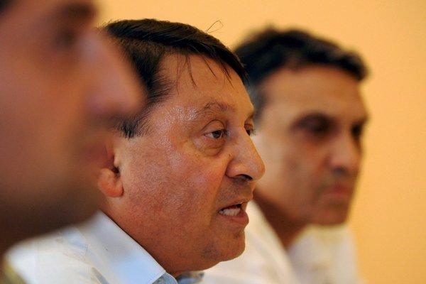 Predseda Strany rómskej koalície Gejza Adam (v strede).