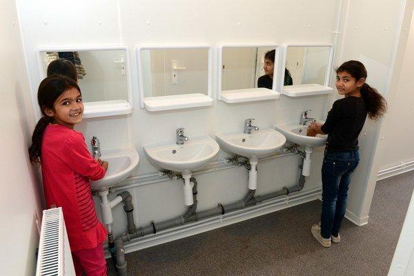 Na ilustračnej snímke sú umyvárne v modulovej škole v Jarovniciach, ktorú otvorili pred dvoma rokmi.