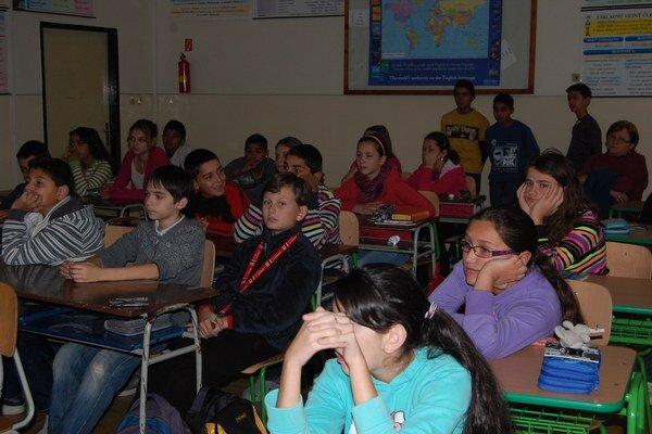 Žiaci bežnej základnej školy môžu pokračovať v štúdiu na ľubovoľnej strednej škole. Naopak, zo špeciálnej školy nemajú možnosť získať maturitné vzdelanie.