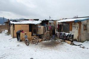 Okolo legálnych unimobuniek si postupne pristavali chatrče. Teraz žije v osade asi 70 ľudí.
