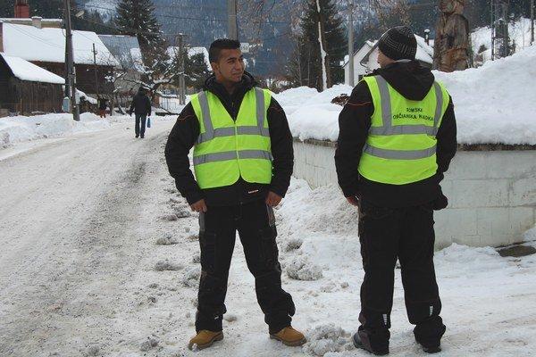 Pútajú pozornosť okolia. Matej Bartoš, chrbtom stojí Tomáš Koky.