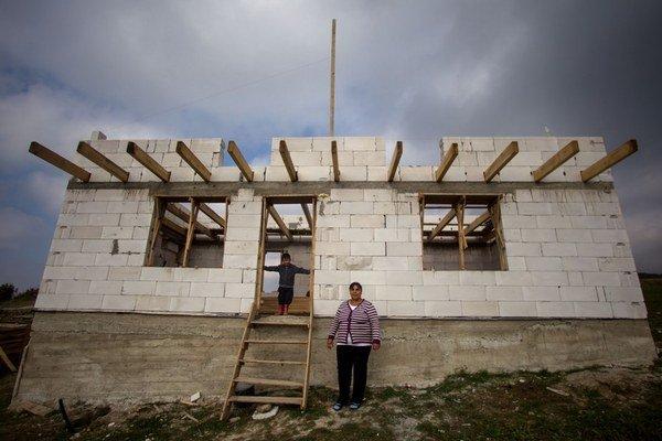 Stavať domy v osade pomáha celá rodina.