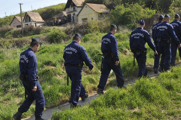 Série vrážd Rómov šokovala Maďarsko. Pred osadami hliadkovali policajti.