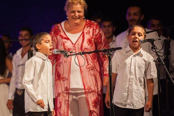 Iniciátorka projektu Ida Kelarová a dvaja členovia jej speváckeho zboru.