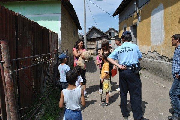 Odchyt v osade. Osadníci dobrovoľníkom spočiatku nedôverovali. Neskôr im nosili zvieratá sami.