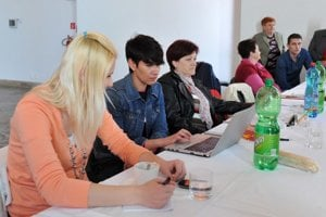 Poslanky�a NR SR za SaS Lucia Nicholsonová (druhá zľava) počas prezidentských volieb Jarovniciach.