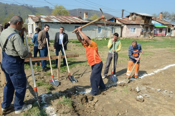 V breznickej osade si Rómovia postavia domy sami.