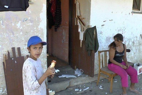 Zničené dvere na príbytku v osade Budulovská deň po zásahu policajtov počas minuloročne pátracej akcie.