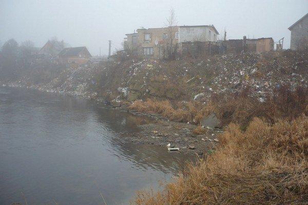 Brehy pri rómskej osade. Smetisko tu znečisťuje rieku Poprad.
