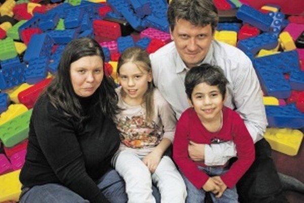 Lenka Mitákova (35) - Pracuje ako analytička a konzultantka v oblasti informačnej bezpečnosti. V roku 2009 si s manželom Mirom zobrala do pestúnskej starostlivosti jedenapolročného rómskeho chlapca Daniela, s ktorým je dodnes na predĺženej materskej dovol