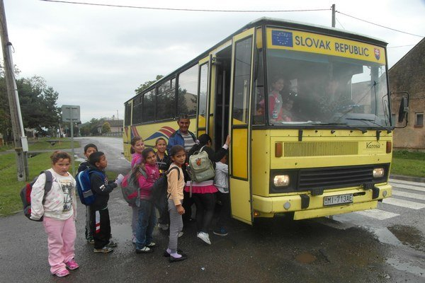 Autobus. Rómske deti zváža ráno do školy a popoludní domov.