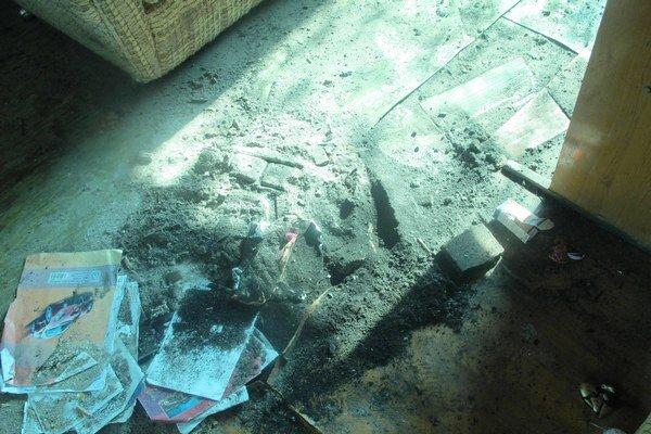 Polícia tvrdí, že do obydlí nevstúpila, Rómovia zase niečo iné.