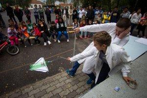 Chemické pokusy sa robili aj pred školou.