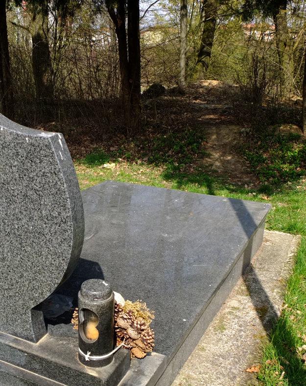 Z cintorína vedú chodníčky cez múr priamo k žiarskej osade.