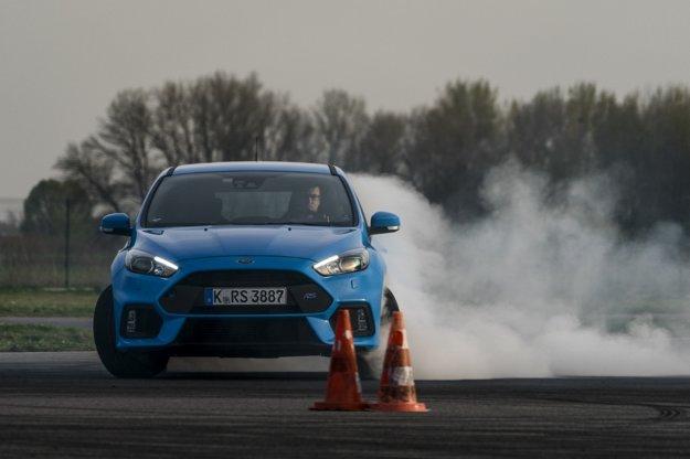 Focus RS je na driftovanie stavaný. Kombinácia vysokého výkonu a režimu drift umožní zvládnuť základy driftovania aj amatérovi.