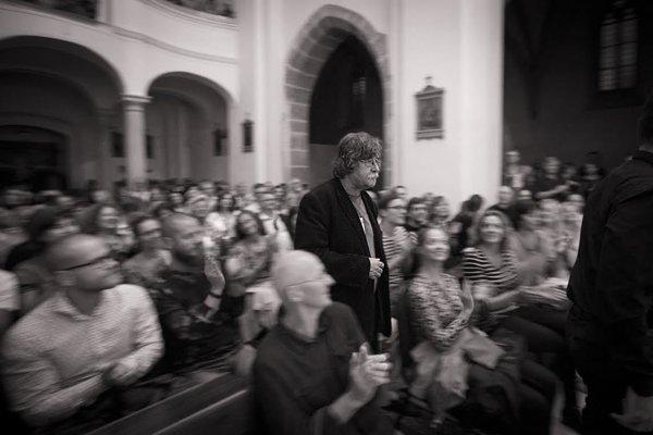 Vladimír Godár (1956) študoval kompozíciu už na bratislavskom konzervatóriu, bol redaktorom hudobného vydavateľstva OPUS. Ako skladateľ filmovej hudby získal dve ceny Český lev, preslávili ho skladby kfilmom Martina Šulíka. So speváčkou Ivou Bittovou nahral album Mater apri príležitosti Godárových narodenín Slovenská filharmónia uviedla vmarci jeho oratórium Orbis sensualium pictus.