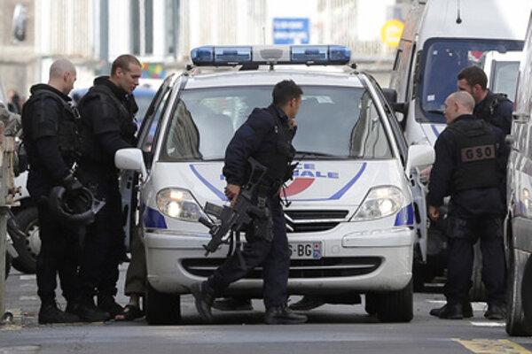 Polícia blokuje dopravu.