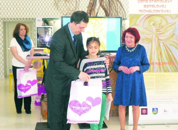 Ceny odovzáva Ivan Berta, predseda Klubu rodičov autistických detí v Nitre a kurátorka Marta Hučková.