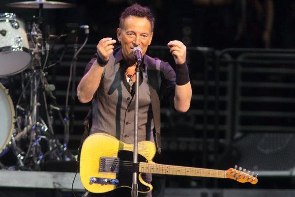 """Bruce Springsteen má Oscara za skvostnú  pieseň Streets of Philadelhia. Je z filmu Philadelphia, v ktorom je reč o právach homosexuálov. Na snímke je počas turné  """"The River Tour 2016"""" .Je"""