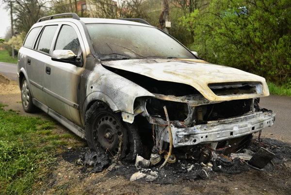 Z prednej časti auta zostal vrak.
